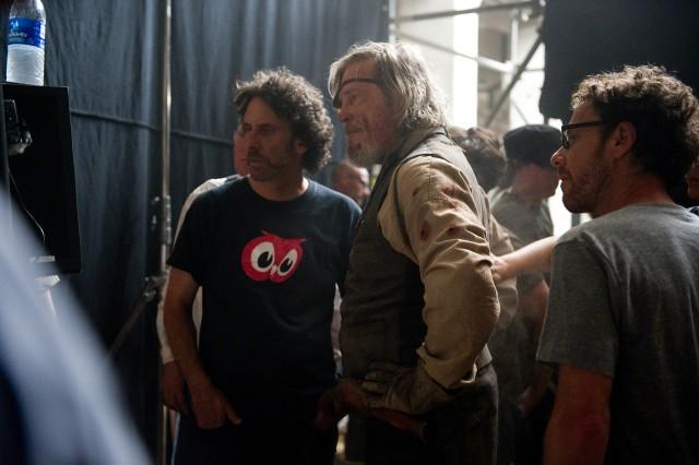 Братья Коэн и Джефф Бриджес на съёмках «Железной хватки», 2010