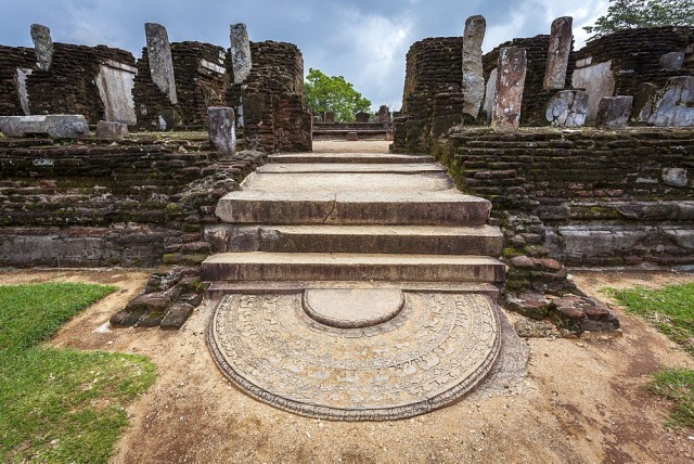 Вход в руины буддийского храма древнего города Полоннарува, Шри-Ланка. Фотограф Роберт Хардинг