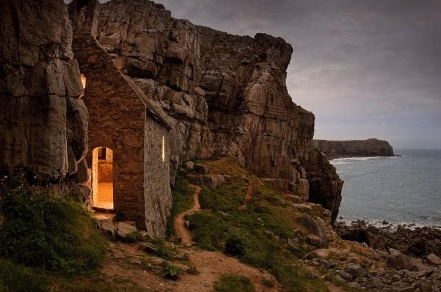 Кельтская часовня святого Гована в скалах Пембрукшира, Уэльс, Англия. Фотограф Джим Ричардсон