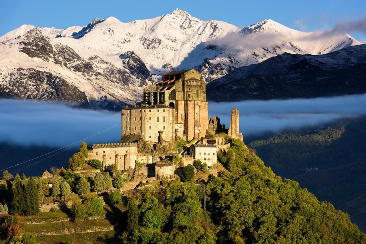 Сакра ди Сан-Микеле (аббатство Святого Михаила) на горе Пиркириано в Пьемонте, Италия. Фотограф Хартмут Криниц