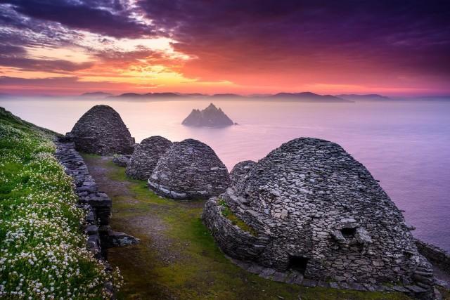 Скалистый остров-утёс Скеллиг-Майкл с каменными кельями в виде пчелиных ульев, Ирландия. В конце VI века здесь был основан монастырь. Фотограф Хартмут Криниц