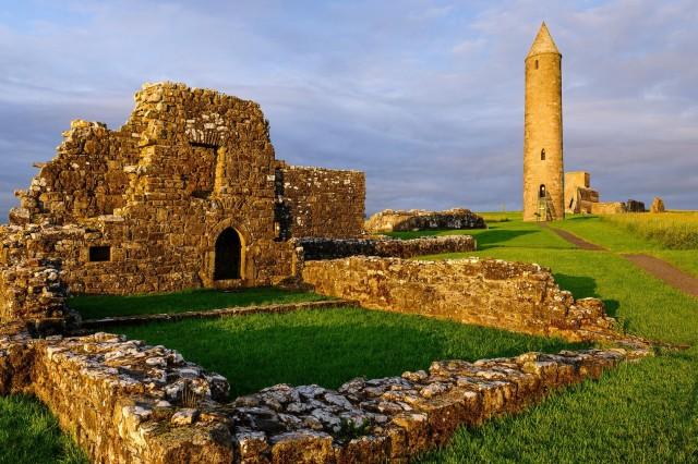 Церковное поселение острова Девениш на озере Лох-Эрн было основано в 6-ом веке, а в 837 году разграблено викингами. Северная Ирландия. Фотограф Хартмут Криниц