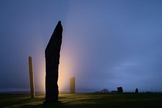 Мегалиты Стеннеса на Мейнленде, самом большом острове в архипелаге Оркнейских островов, Шотландия. Фотограф Джим Ричардсон