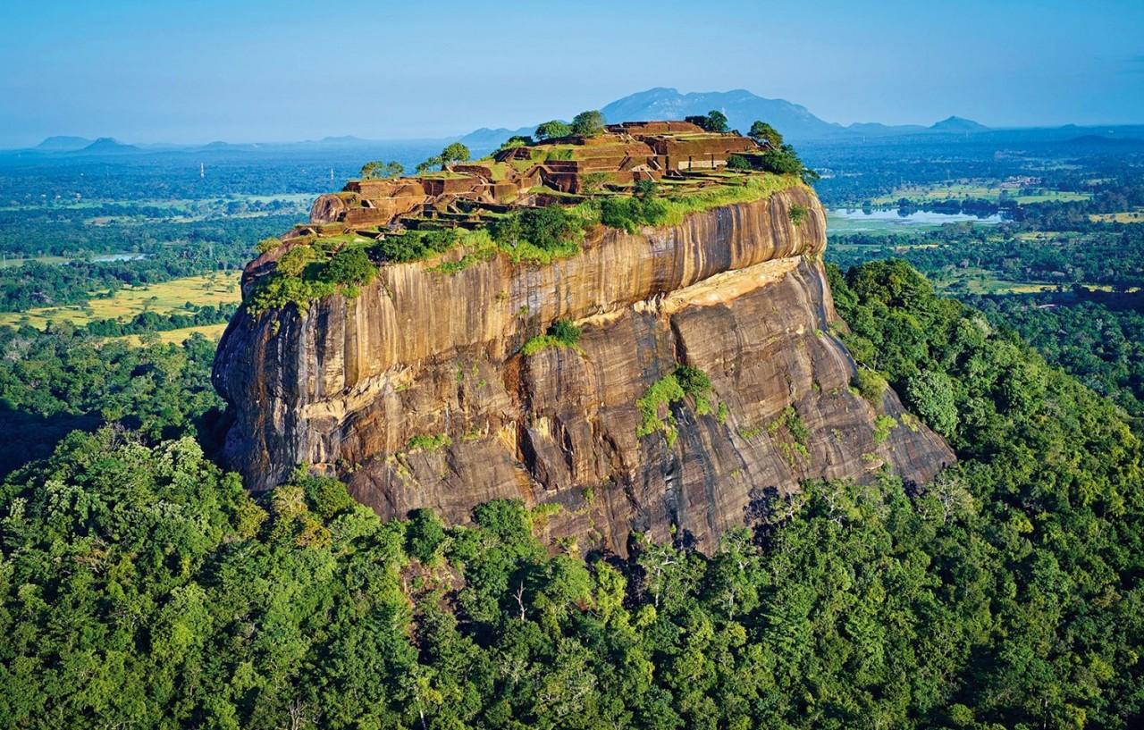 Скальное плато Сигирия («львиная скала») в самом центре острова Шри-Ланка. Фотограф Филипп Мишель