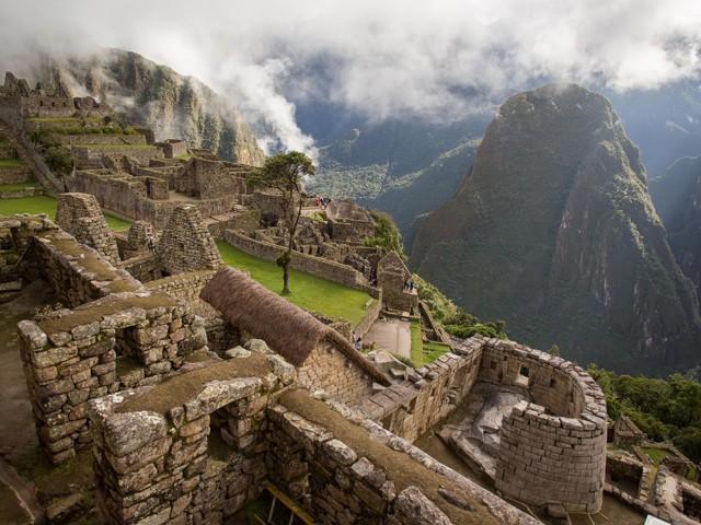 Храм Солнца в Мачу-Пикчу и вид на Священную долину инков (Урубамба). Фотограф Эрика Скогг