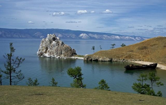 Шаман-скала (Камень-храм) – одна из святынь Азии. Мыс Скала Шаманка, остров Ольхон, озеро Байкал. Фотограф Сергей Демков
