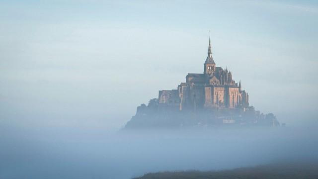 Рассветный туман вокруг замка Мон-Сен-Мишель, Франция. Фотограф NataPoda