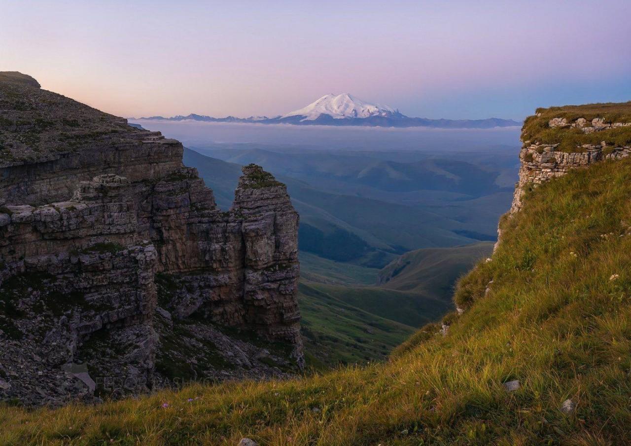 Эльбрус на рассвете, вид с плато Бермамыт. Фотограф Фёдор Лашков