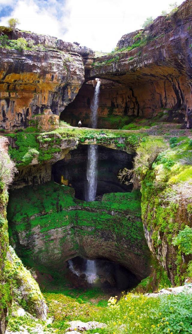 Пещера трех мостов в Ливане превращается в водопад, когда тает зимний снег. Фотограф missakassim