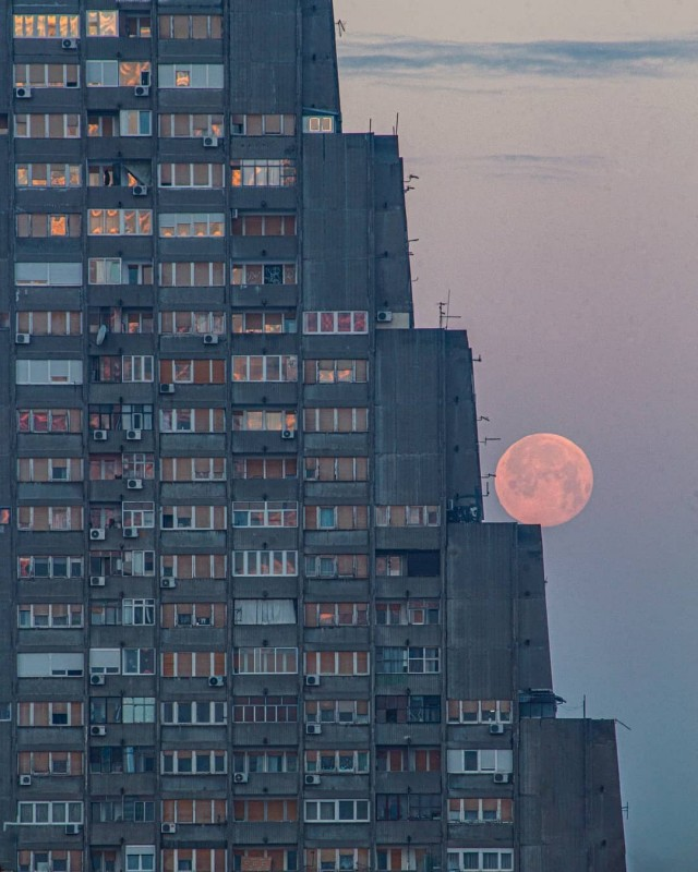 Луна катится по ступенькам многоэтажки