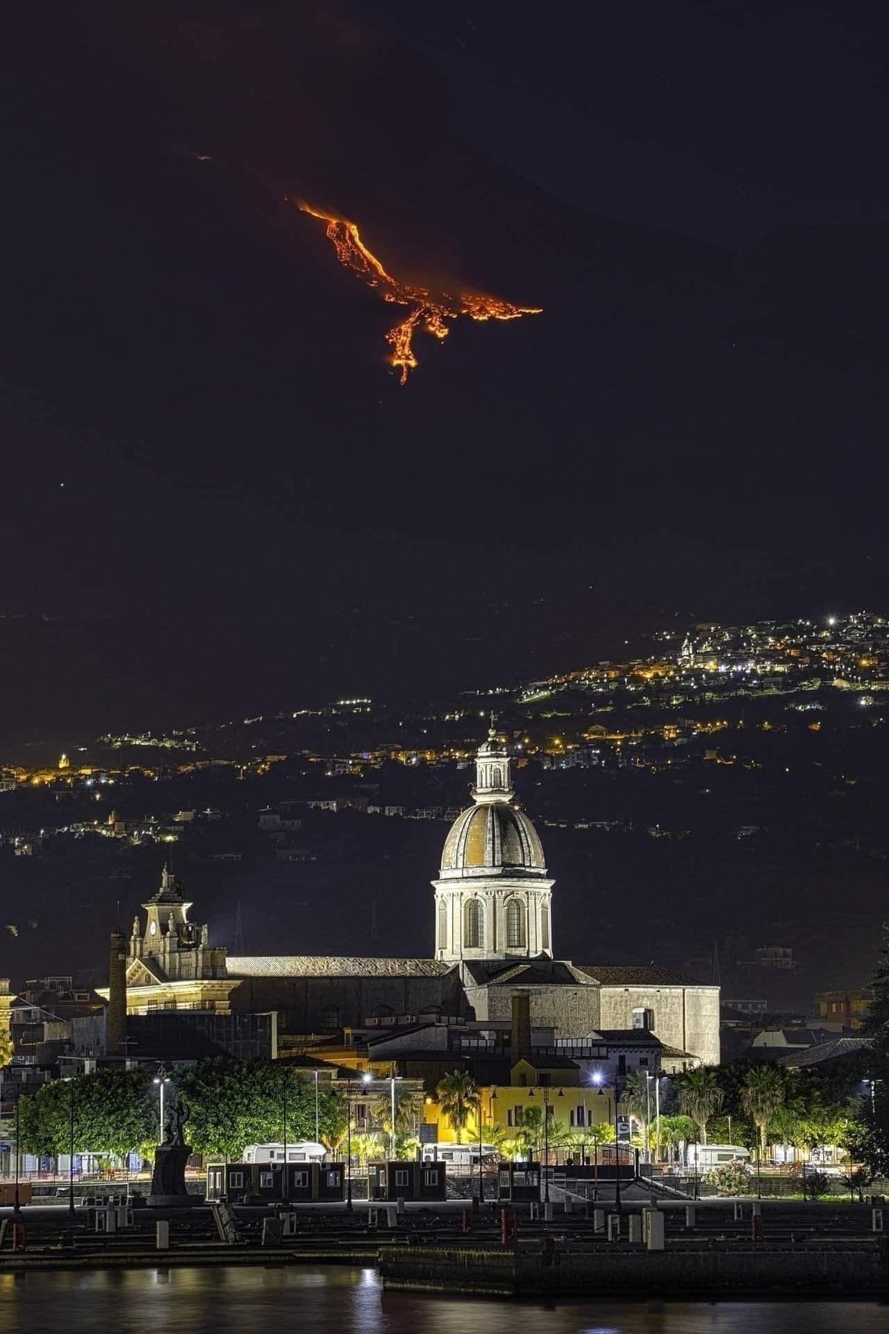 Лавовый феникс, парит над вулканом Этна, Катания, Италия