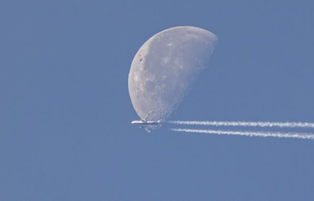 Так далеко, так близко. Аэробус А320 на фоне Луны