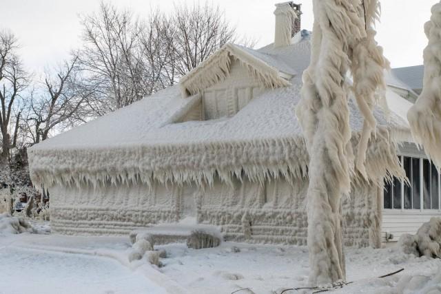 Покрытый льдом после метели дом, на берегу озера Эри, Огайо, США