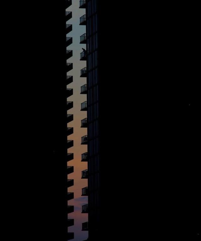 Застёжка между двух домов. Фотограф Морган Смит