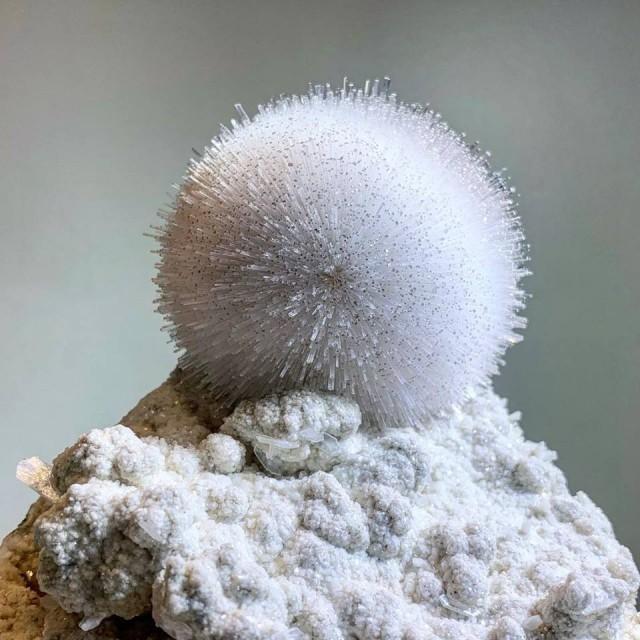 Не снежок, а идеально круглый кристалл мезолит из индийской Пруны