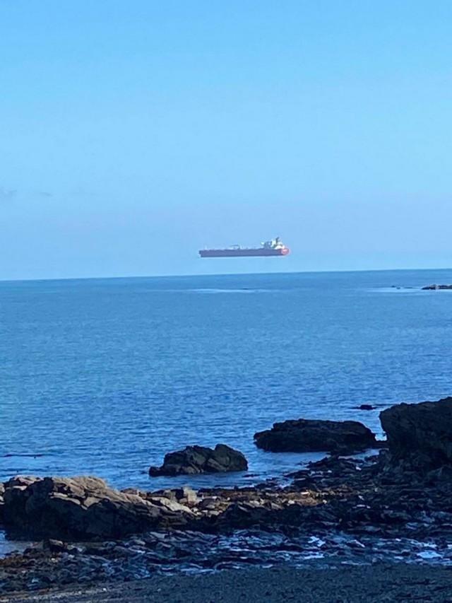 «Летучий корабль». Редкая оптическая иллюзия «верхний мираж» у побережья графства Корнуолл, Англия. Фотограф Дэвид Моррис
