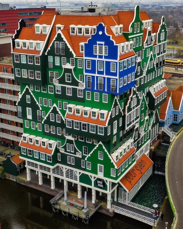 «Нидерландская архитектура в её лучшем виде». Отель в Занстаде, Северная Голландия. Фотограф erikkruug