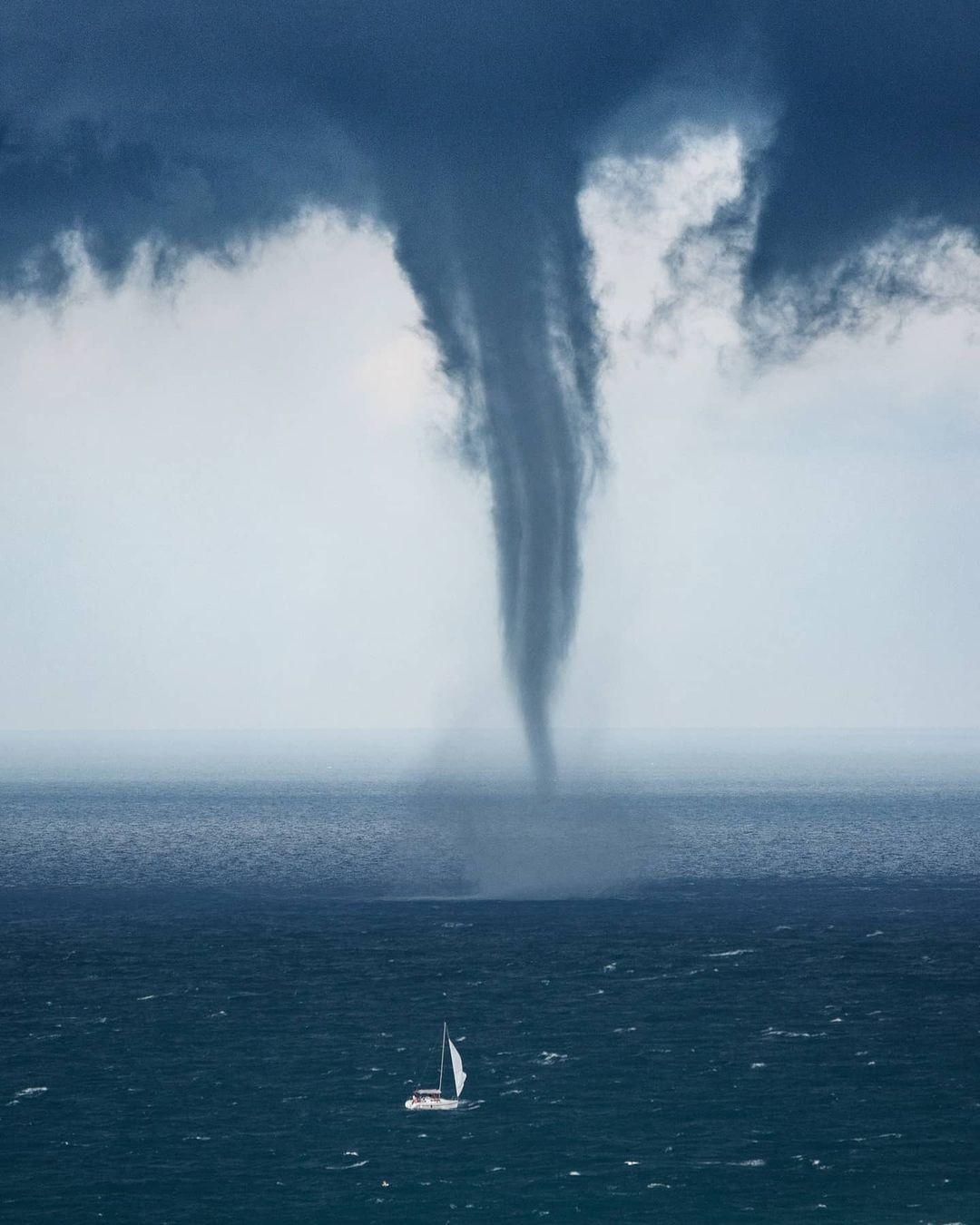 «Белеет парус одинокий…» Смерч в городе Сочи и кораблик. Фотограф Станислав Савин