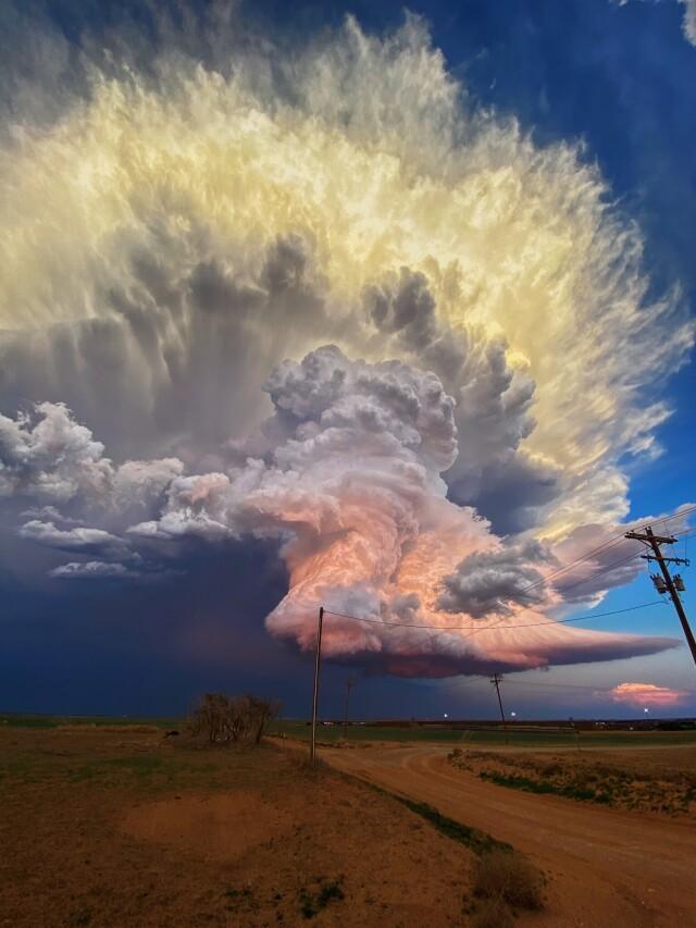 Фантастическая буря на закате солнца в Техасе 17 мая 2021 года. Фотограф Лора Роу