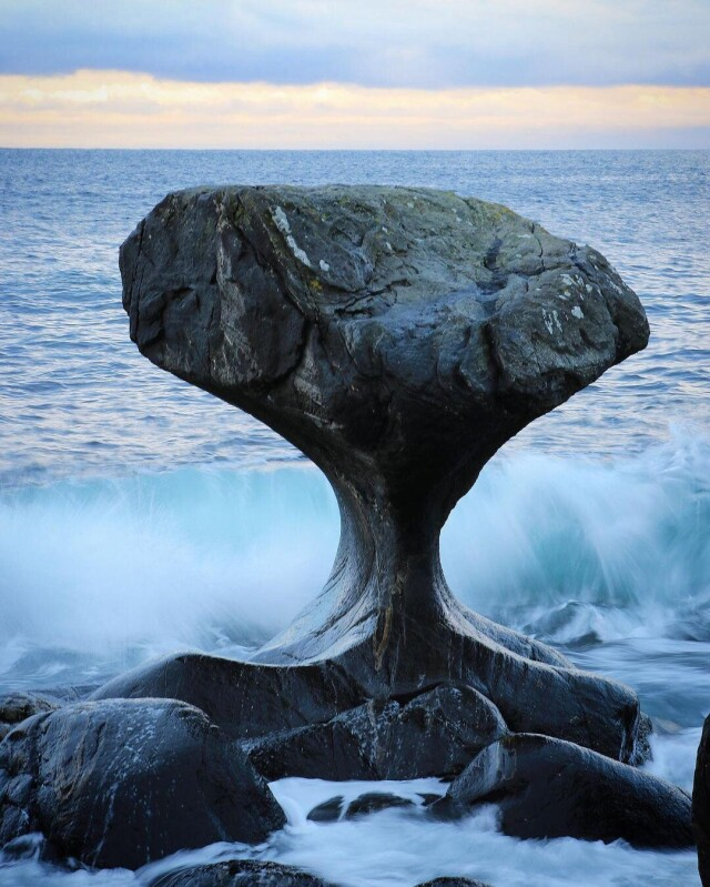 Источенная морскими волнами скала на острове Vågsøy, Норвегия