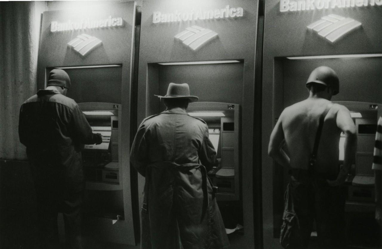 «Трое у банкоматов». Фотограф Элмо Тайд