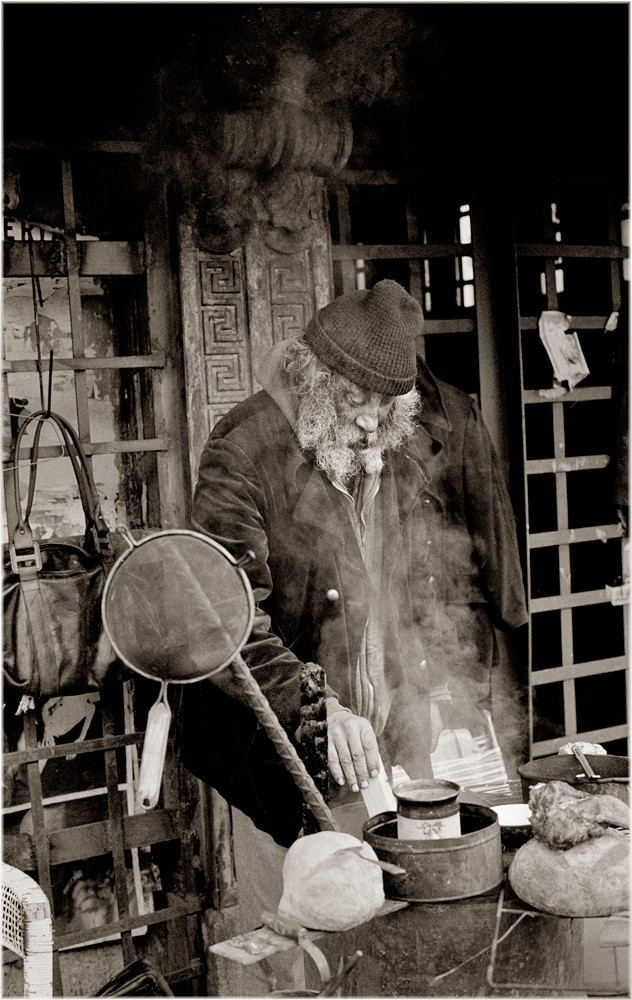 Фрэнки готовит еду на мосту Куинсборо, 1986. Фотограф Мэтт Вебер