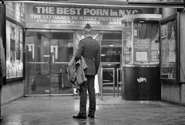 Морской пехотинец на Таймс-сквер, 1989. Фотограф Мэтт Вебер