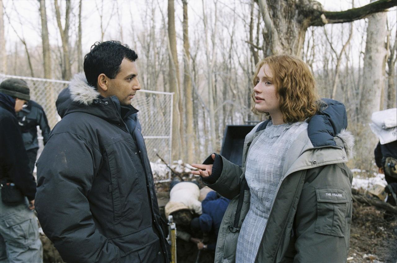 Брайс Даллас Ховард и М. Найт Шьямалан на съёмках «Таинственного леса», 2004