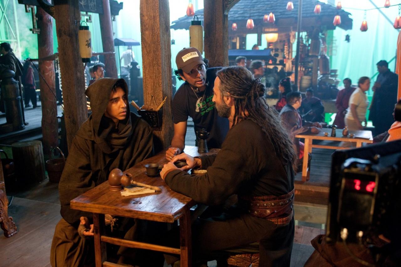 М. Найт Шьямалан, Шон Тоуб и Дев Патель на съёмках фильма «Повелитель стихий», 2010