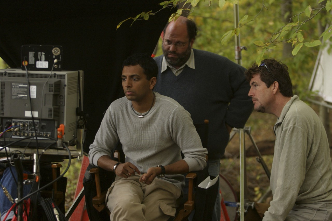 Продюсеры Сэм Мерсер, Скотт Рудин и М. Найт Шьямалан на съёмках фильма «Таинственный лес», 2004