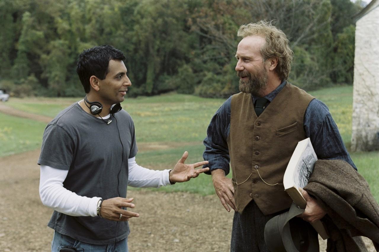 Уильям Хёрт и М. Найт Шьямалан на съёмках фильма «Таинственный лес», 2004