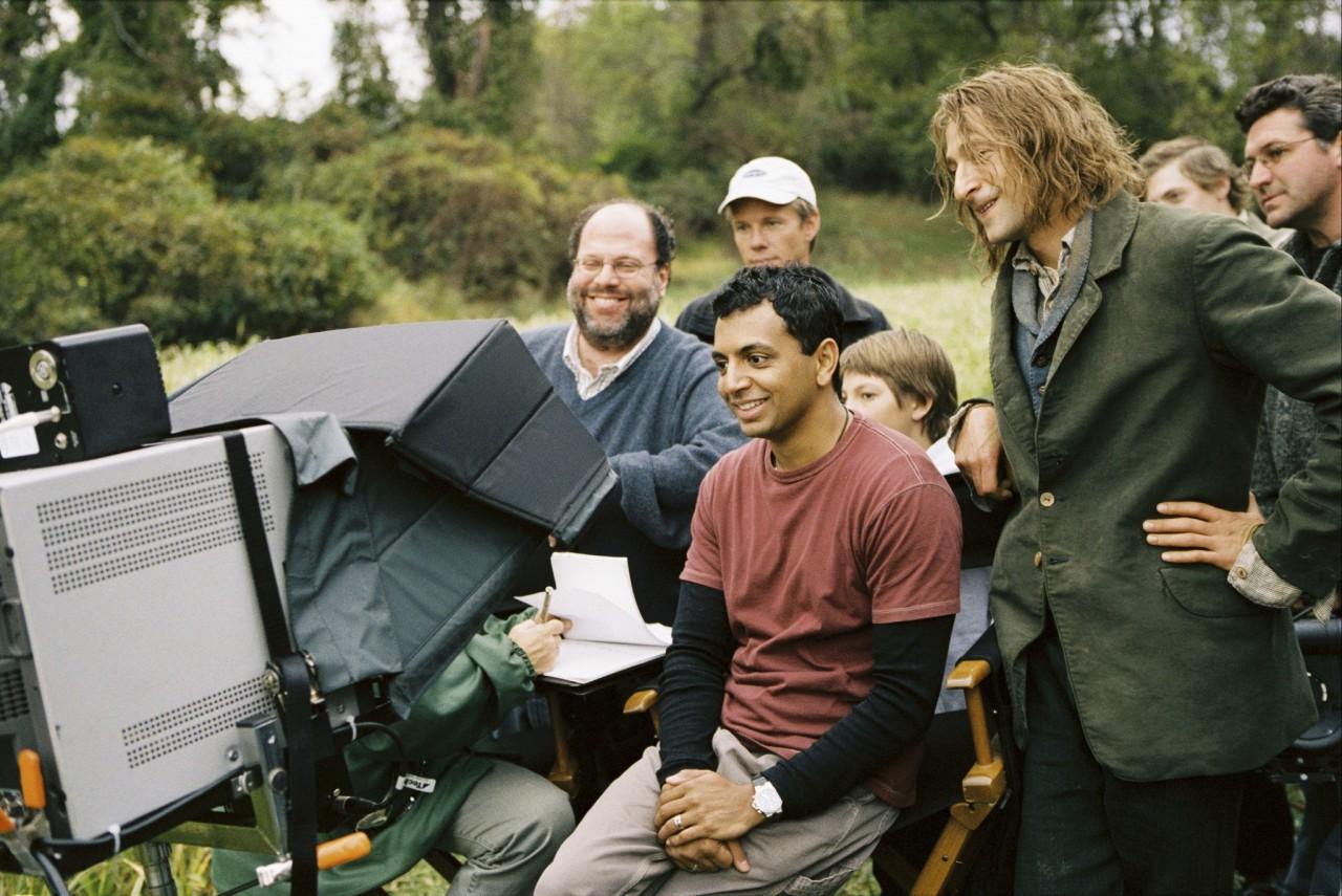 Эдриен Броуди, Скотт Рудин и М. Найт Шьямалан на съёмках фильма «Таинственный лес», 2004