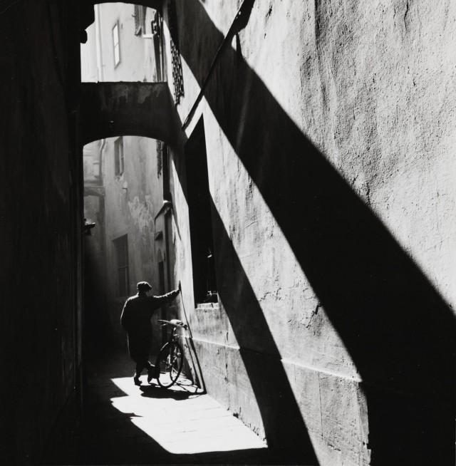 Переулок на Виа дель Корсо, Флоренция, 1954. Фотограф Пьерджорджо Бранци