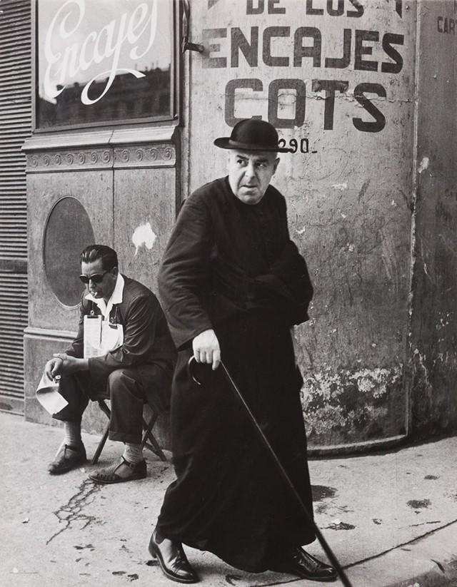 Священник в Барселоне, 1957. Фотограф Пьерджорджо Бранци