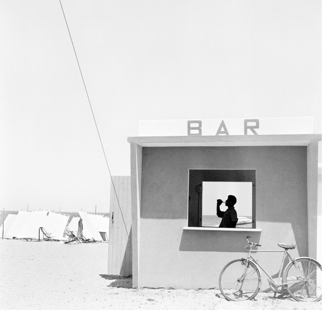 Бар на пляже в Сенигаллии, Италия, 1957. Фотограф Пьерджорджо Бранци