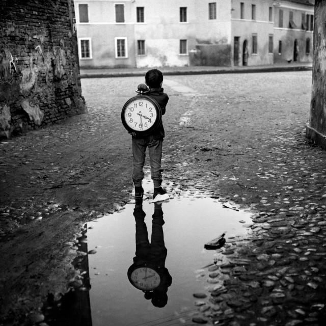 Ребенок с часами. Комаккьо, Италия, 1955. Фотограф Пьерджорджо Бранци