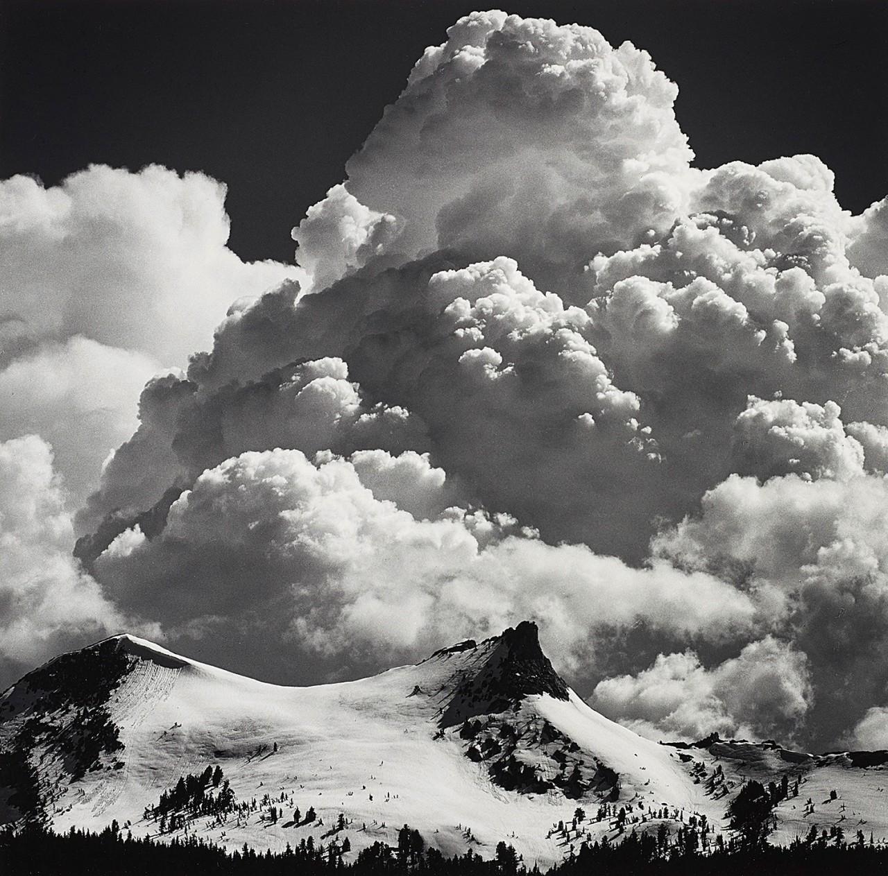 Грозовые облака, пик Единорога, национальный парк Йосемити, около 1967. Фотограф Энсел Адамс