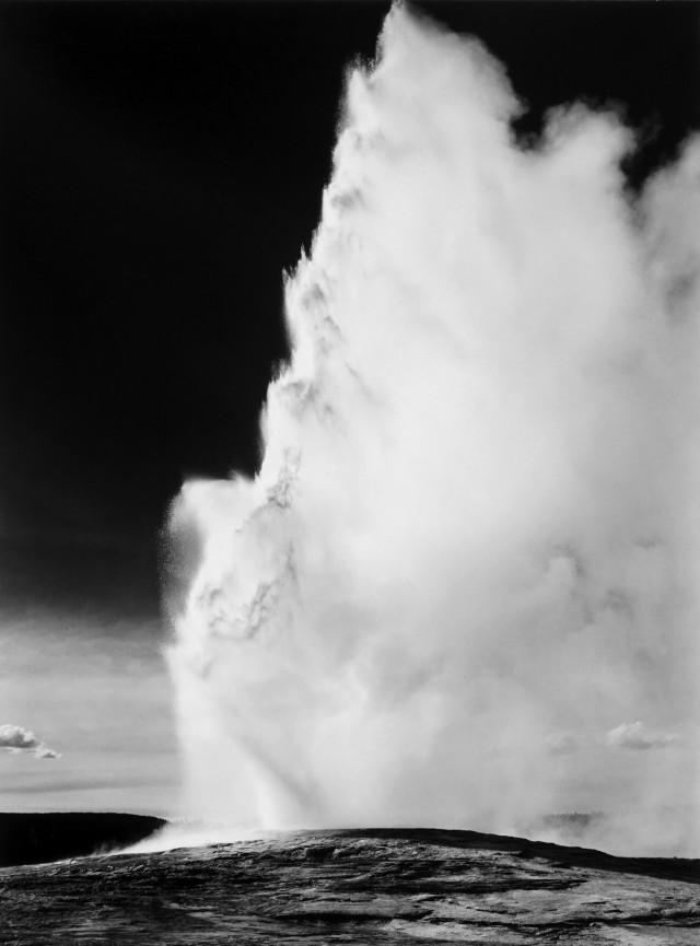 Старый верный гейзер, Йеллоустонский национальный парк, 1942. Фотограф Энсел Адамс