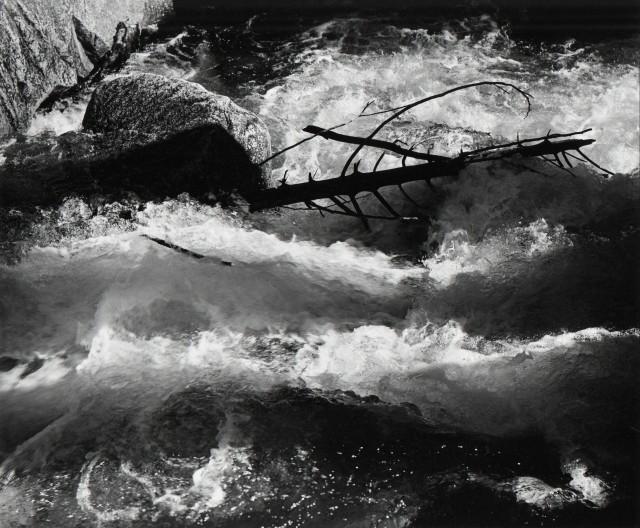 Стремительная вода, река Мерсед, национальный парк Йосемити, 1955. Фотограф Энсел Адамс