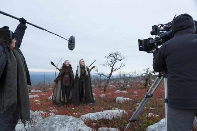 Эмма Стоун и Джулия Гарнер на съёмках «Маньяка», 2018