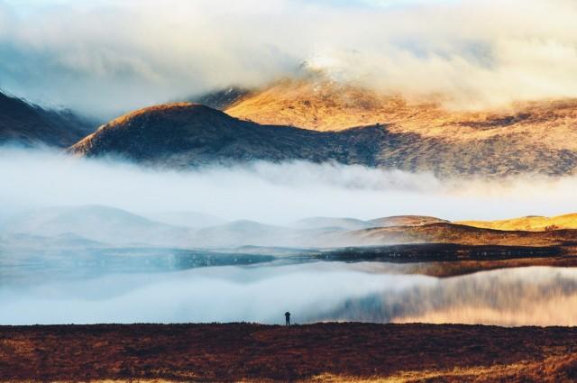 Утренний туман над озером в Великобритании. Фотограф Дэниел Кассон