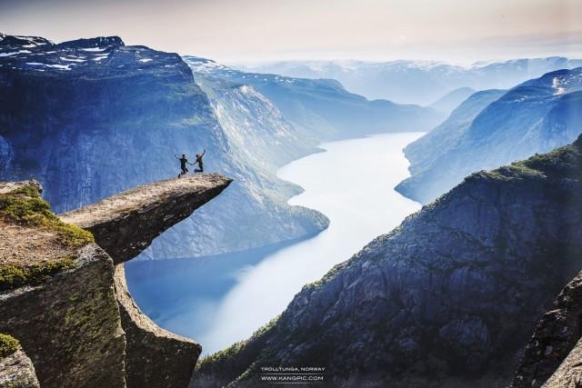 Язык Тролля на горе Скьеггедаль в Норвегии. Фотограф Чжуокан Цзя