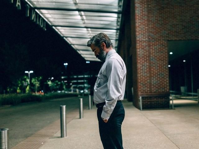 Колин Фаррелл. Кадр из фильма «Убийство священного оленя», 2017
