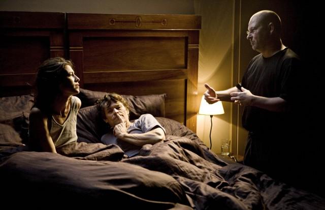 Ларс фон Триер наставляет Шарлотту Генсбур и Уиллема Дефо на съёмках «Антихриста», 2009