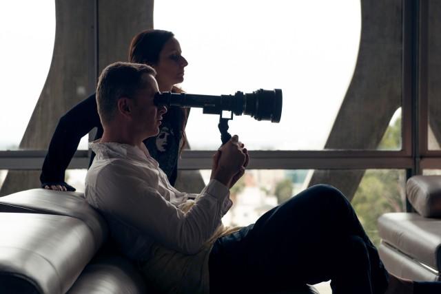 Николас Виндинг Рефн и оператор Наташа Брайер на съёмках фильма «Неоновый демон», 2016
