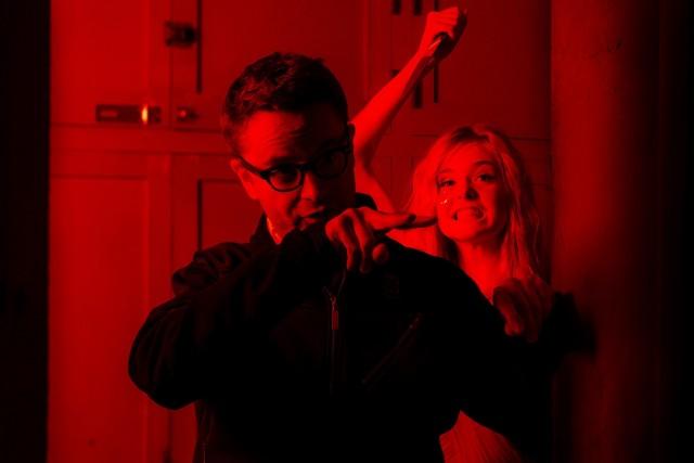 Николас Виндинг Рефн и Эль Фэннинг на съёмочной площадке триллера «Неоновый демон», 2016