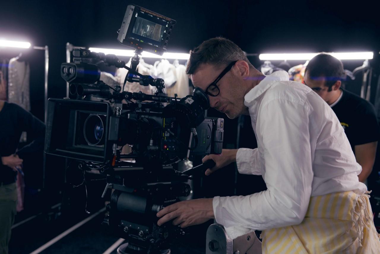 Николас Виндинг Рефн на съёмочной площадке триллера «Неоновый демон», 2016
