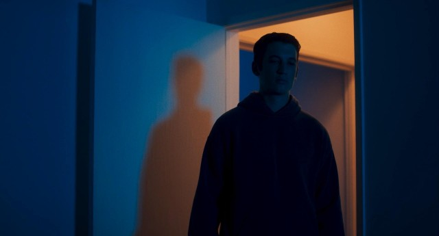 Майлз Теллер, кадр из сериала «Слишком стар, чтобы умереть молодым», 2019