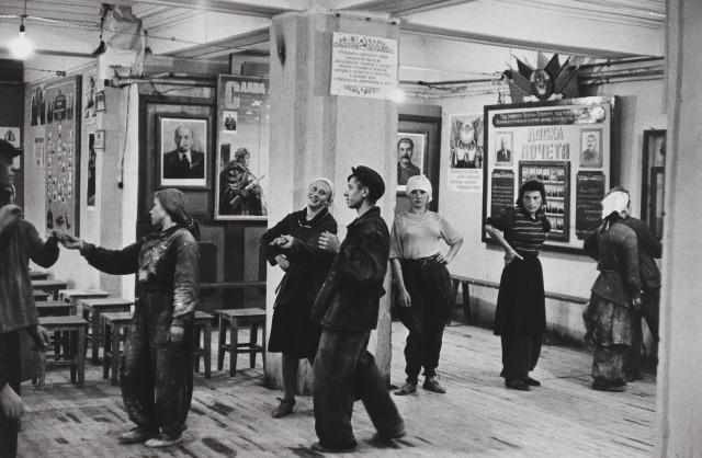 Столовая для работников строительства отеля Метрополь, Москва, 1954. Фотограф Анри Картье-Брессон