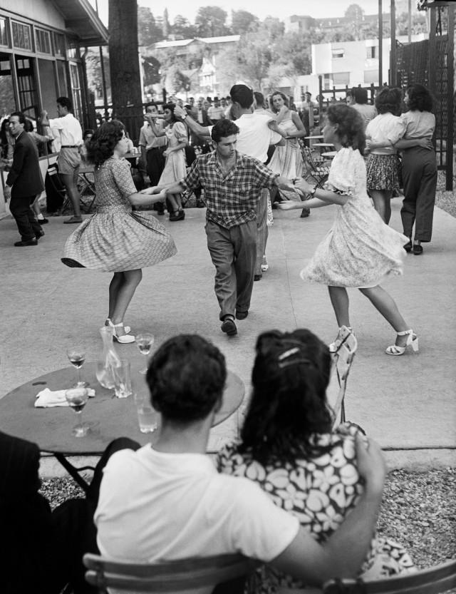 На уличном балу в Жуанвиль-ле-Пон под Парижем, 1947. Фотограф Вилли Ронис
